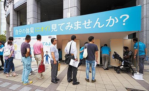 大阪の街頭で行ったアンケート調査には、BICの所属ではない社員も参加した