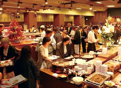 <b>ホテルニュー塩原の夕食バイキング。グループの旅館・ホテルの夕食と朝食は全てバイキング形式で、顧客満足度と採算の向上を両立している</b>(写真=都築 雅人)