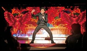 <b>宇都ノ宮晃氏の歌謡ショー。彼らホテル専属の歌手はグループの各地の旅館・ホテルも回り、宿泊客を盛り上げている</b>(写真=都築 雅人)