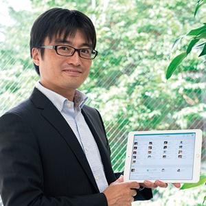 <b>「ClipLine」のアプリケーションが搭載されたタブレットを手に持つ高橋勇人社長</b>