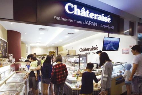 シンガポールの店舗は、週末の夕方になると、家族連れが大勢訪れ、ケーキやアイスが売れる(写真=原 隆夫)