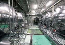 原材料は主に契約農場から仕入れ、山梨県の自社工場で加工する
