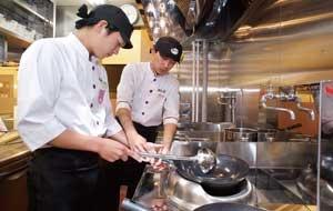 <b>店内調理の「鍋ふり」は、教育を徹底してレベルを維持</b>