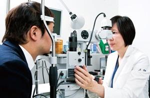 南青山アイクリニックでは累計500人の患者にナイトレンズを処方。満足度は高いという(写真=的野 弘路)
