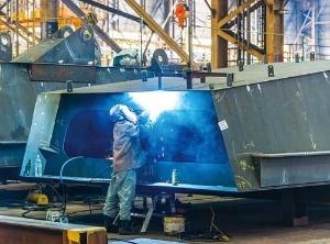 工場では近隣の新日鉄住金から仕入れた鋼材を加工(写真=山本 巌)