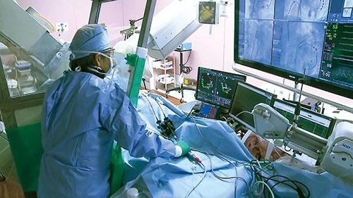<b>日本ライフラインのカテーテルを用いた手術風景。日本人の医師や患者に適した製品を輸入したり、開発したりして医療現場での信頼を高めてきた</b>