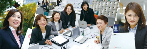 <b>川崎駅前営業部の山岡由佳さん(左)は、2015年に日本生命の全営業職員中でトップの成績を収めた。同営業部では様々な年齢層の女性が働く(中、右)</b>(写真=3点:竹井 俊晴)
