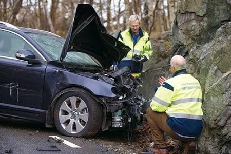 """<span class=""""caption001""""><b>ボルボの事故調査隊。事故現場に駆けつけて原因を分析する</b></span>"""