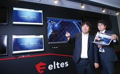 <b>不祥事発覚後のSNSへの投稿を監視・分析し、企業に対応をアドバイスする。写真左の男性が菅原貴弘社長</b>(写真=陶山 勉)