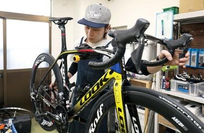 "<span class=""fontBold"">買い取った自転車は社内で認定した査定士が安全性をチェックする</span>(写真=都築 雅人)"
