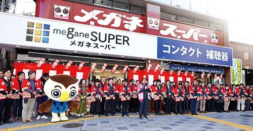 新宿中央東口店、初売り前の「出陣式」の様子。中央のピンクの法被姿が星﨑氏(写真=竹井 俊晴)