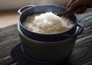 "<span class=""title-b"">鋳物ホーロー鍋を使った炊飯器</span>"
