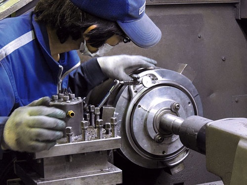 優れた技能を持つ職人の手作業で、鋳物ホーロー鍋の高い密閉性を実現している