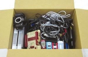 利用者は不要な家電やケーブルを箱に詰め、回収に来た宅配業者に渡す