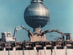 1989年、ベルリンの壁崩壊。実は約40台の竹内製作所製のショベルが取り壊しに活躍した