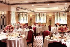 予約の入っていないホテルの会場を格安に仕入れ、低コストで結婚式が可能に
