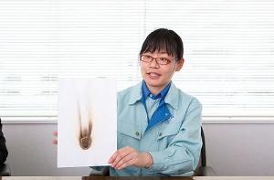 新製品開発推進委員会で発掘された新素材「ミネルパ」。燃えない紙や放射線を遮断する紙を実現する(写真=稲垣 純也)