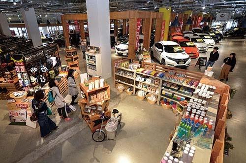 <b>HUNT木更津店は目立つ位置に雑貨売り場がある。若い女性連れやカップルの姿も</b>(写真=藤村 広平)
