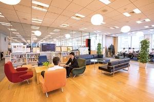 <b>中古車業界に残るネガティブなイメージを変えたいという思いから、東京・丸の内の本社オフィスもガラス張りで開放感のある内装にしている</b>(写真=北山 宏一)