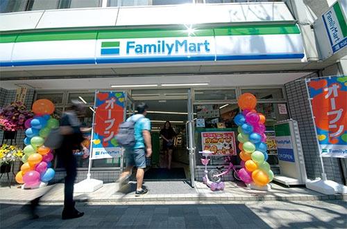 4月19日、サンクスから看板を替えて新装オープンしたファミリーマート西早稲田店(写真=藤村 広平)