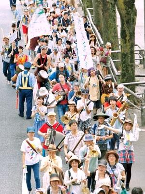 昨年8月の「渋谷ズンチャカ!」の様子。おのおの楽器を持った300人が渋谷の街を練り歩いた