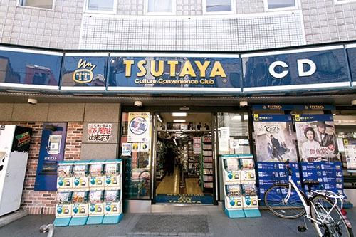 <b>CDやDVDのレンタルを中心に展開する「TSUTAYA」の従来型店舗</b>(写真=的野 弘路)