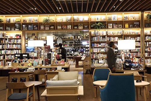 <b>広島の「エディオン蔦屋家電」。家電を全面に押し出さず、書籍やカフェスペースが目立つ</b>(写真=大亀 京助)