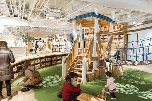 <b>新型店舗の多くは、キッズスペースが充実している。写真は「枚方 T-SITE」。</b>(写真=菅野 勝男)