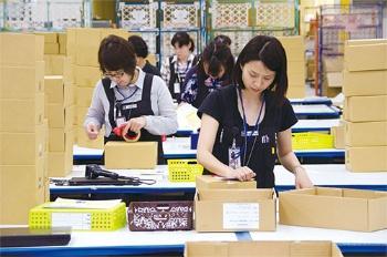 商品の梱包作業。現場の従業員からのさまざまな改善提案を取り入れ、作業効率を高めている