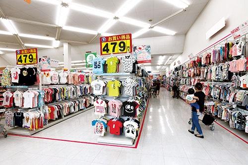店舗の標準面積は300坪(約990m2)。小売業につきもののワゴンがなく、子供連れでも買い物しやすい(写真=竹井 俊晴)