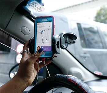 6月には米配車サービス大手のウーバーやリフトと提携、商品の自宅配送サービスをテストすると発表した(写真=ロイター/アフロ)