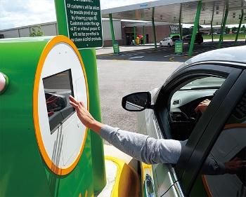 50以上の都市で利用可能なカーブサイドピックアップ。端末に注文番号を打ち込むと、店員が商品を車に積んでくれる