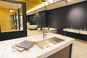 <b>高級感あるクオーツの天板は台所からバーカウンターまで用途が広い(東京都港区のショールーム)</b>(写真=竹井 俊晴)
