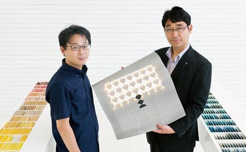 エージック共同創業者の杉本雅明取締役(左)は高級紙の専門商社、竹尾との共同事業に取り組む。右は竹尾の青柳晃一・企画部長(写真=的野 弘路)