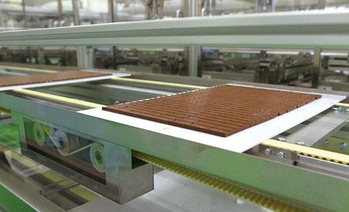 主力のチョコレートは販売が急拡大している。主力以外の商品削減は生産面の投資抑制にもつながる(写真=澤木 儀明)