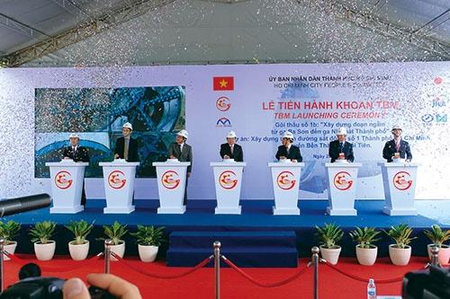 トンネルを掘削するシールドマシンの発進式にはホーチミン市長(右から4人目)らが出席(写真=宮下 良成)