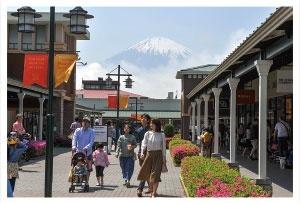 富士川を望む御殿場アウトレット施設(写真=清水 真帆呂)