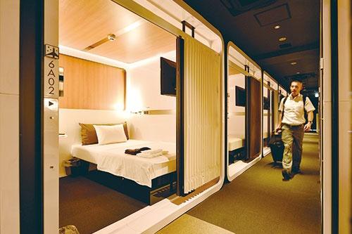 余裕を持たせた空間<br /> ●空港の特別ラウンジのような洗練された内装にこだわり。カプセルホテル特有の窮屈さを感じさせない空間設計も魅力