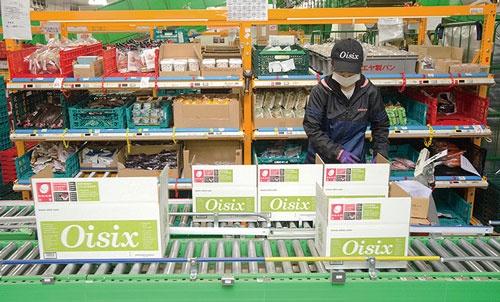 <b>オイシックスの物流施設 (神奈川県海老名市)。冷蔵フロアで働くスタッフは 真夏でも厚着している</b>