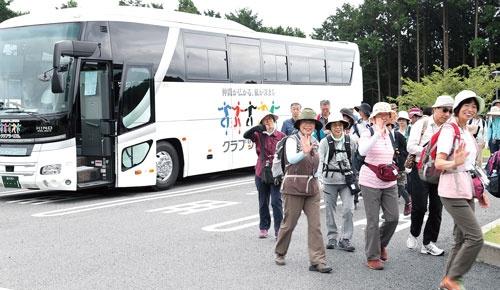 <b>富士山の裾野を歩くバスツアー<br/>山歩きに詳しい講師と添乗員が同行し、初心者でも安心して参加できる行程にしている。全17回シリーズで、全部参加すれば富士山の裾野を一周できる</b>(写真=陶山 勉)
