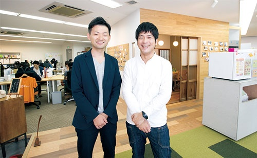 独創的なオフィスを実現<br /><small>●社食サービス企業、おかんのオフィス。沢木社長(左)とヒトカラメディアの担当者(右)が従業員を巻き込み作り上げた</small>