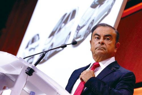 """<span class=""""fontBold"""">9月15日にパリ市内で記者会見を開いたカルロス・ゴーン氏。「2022年までに1400万台を売る」とぶち上げ、業界を驚かせた</span>"""