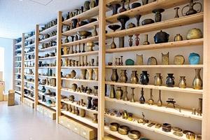もともとは真鍮(しんちゅう)を使い、仏具や花器を製造していた