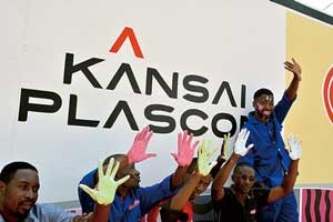 <b>南アフリカ子会社、関西プラスコンアフリカを中核に、アフリカでの事業拡大を目指す。ザンビアでは、蚊を寄せ付けない塗料やウイルスを不活性化する塗料などを販売するためのリサーチを開始した</b>(写真=Joshua Mulambia)