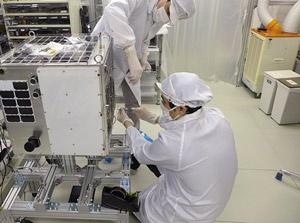 自社のクリーンブースで衛星を開発した(写真:アクセルスペース提供)