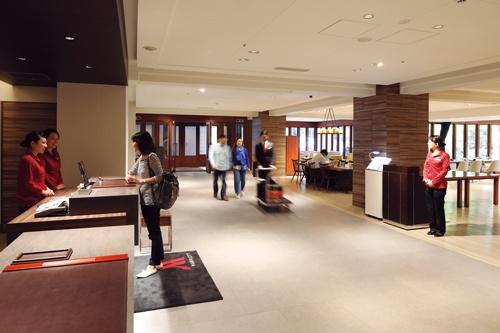 外国人も多く、高稼働率の軽井沢マリオットホテル。転換前のラフォーレ倶楽部時代の開放的な雰囲気はそのまま残した(写真=村田 和聡)
