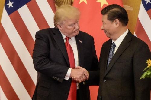 2017年11月、北京で握手を交わすトランプ大統領と習近平国家主席(写真=AFP/アフロ)