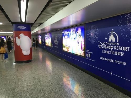地下鉄の駅構内も上海ディズニーランドの広告が