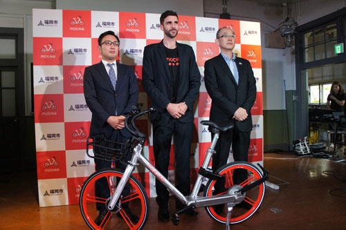 6月22日、モバイクは福岡市で日本法人設立の発表会を開いた。写真中央がモバイクの海外展開統括クリス・マーティン氏