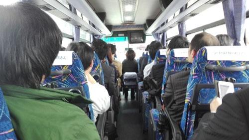 堺駅からSDP まで観光バスで護送される報道陣